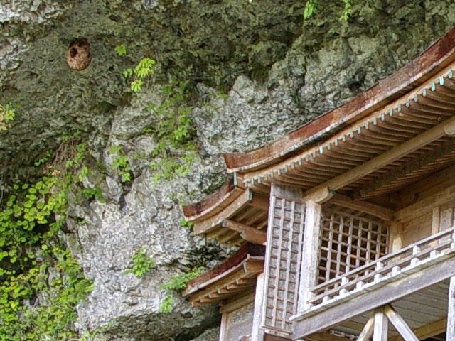 投入堂とスズメバチの巣を拡大 投入堂とスズメバチの巣 投入堂とスズメバチの巣を拡大。   三徳と